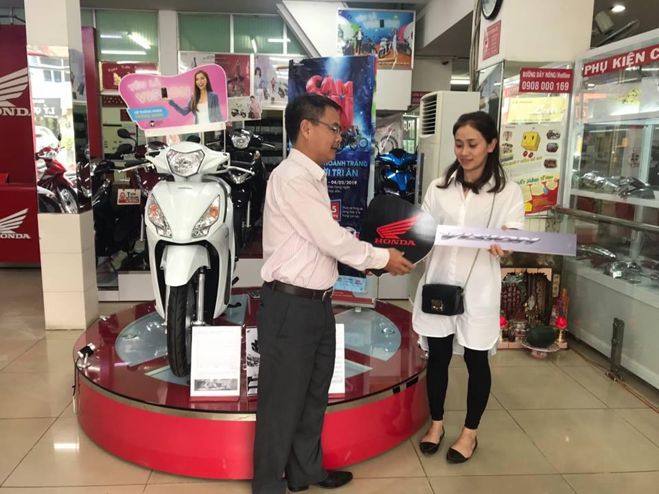 Khách hàng trúng thưởng 01 xe máy Vision khi mua xe tại Head Honda OSC